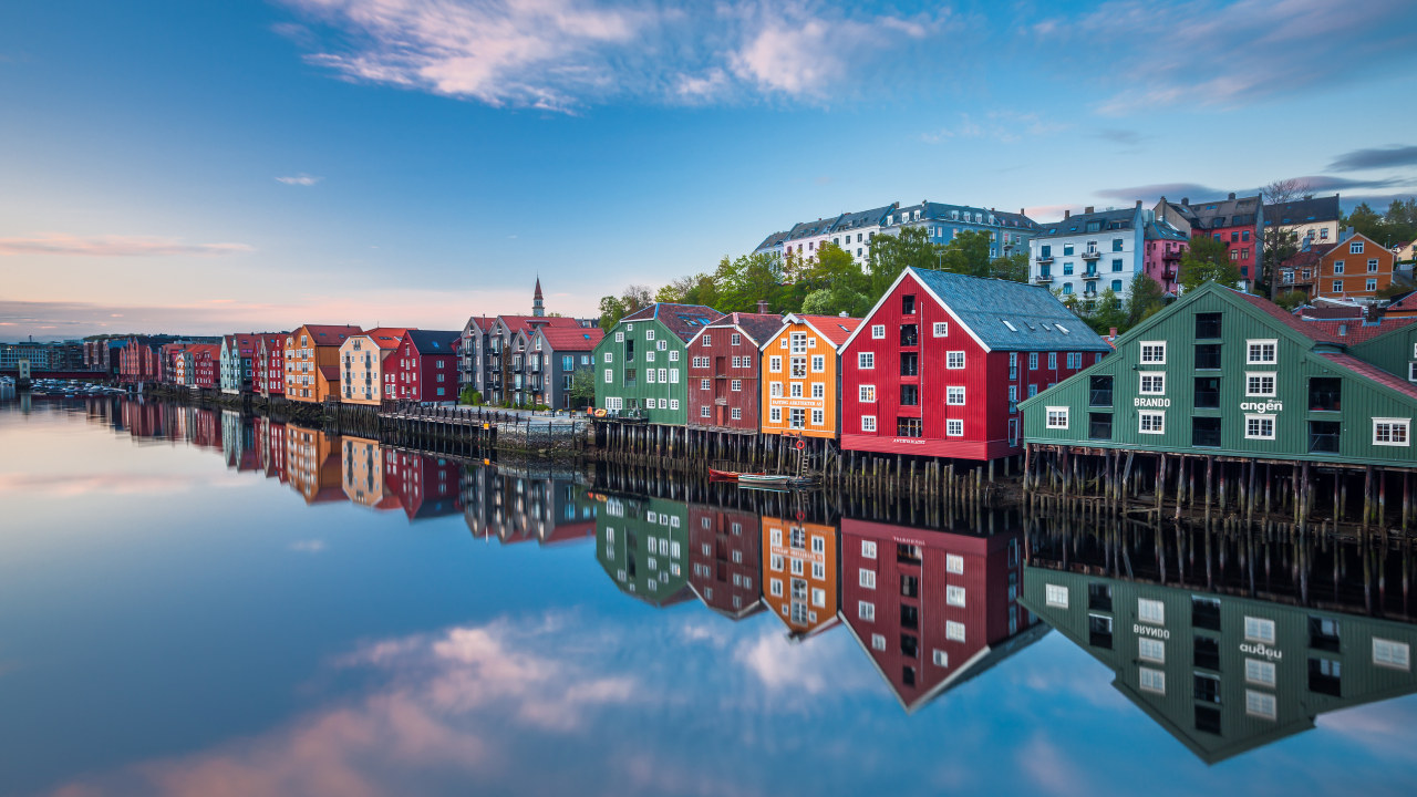Bryggehus langs vannkanten i Trondheim.