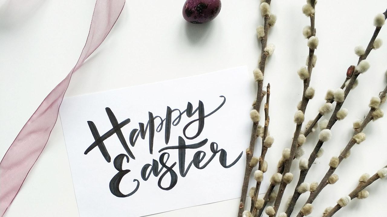 Et bilde av gåsunger og teksten Happy Easter