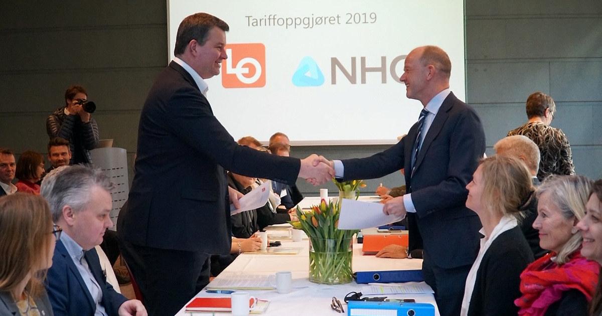 LO-leder og NHO-leder håndhilser ved forhandlingsstart.