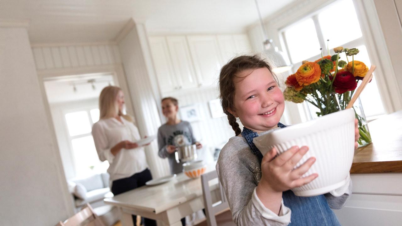 Barn som dekker på bordet til middag