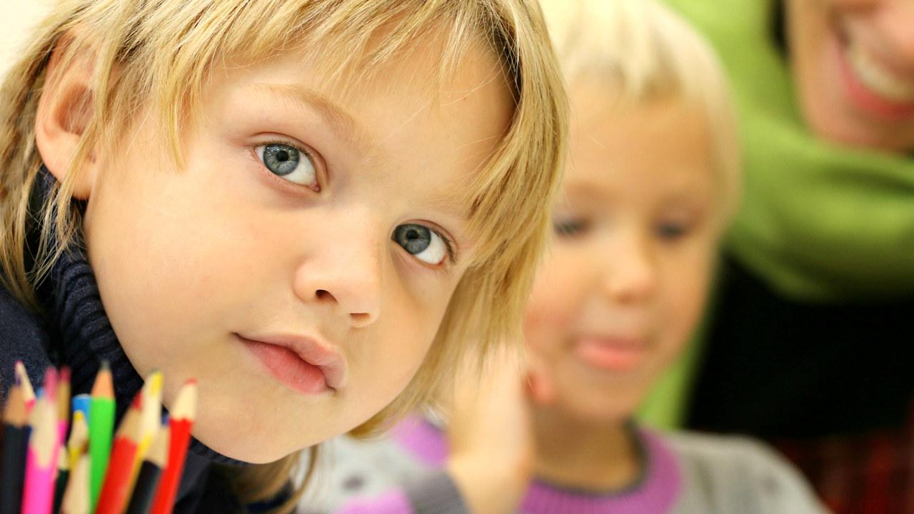 Nærbilde av en gutt og fargeblyanter