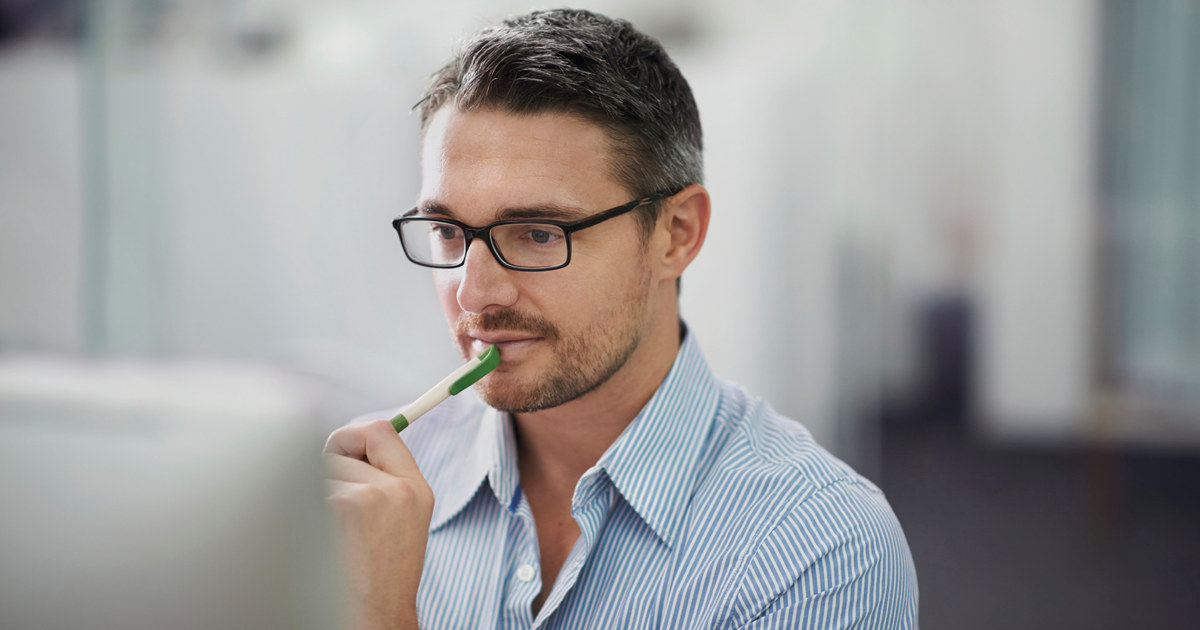 Mann jobber foran PC.