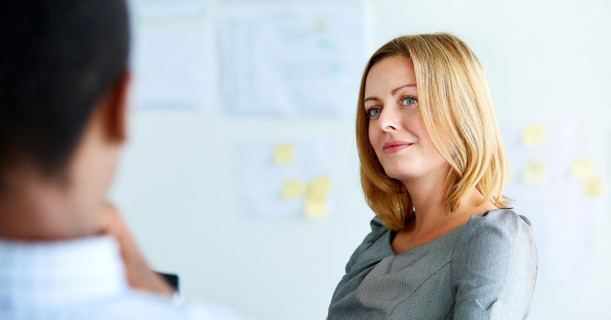 Kvinne lytter til en kollega.
