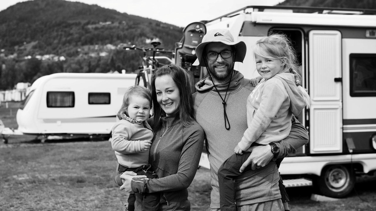 Familie på campingplass