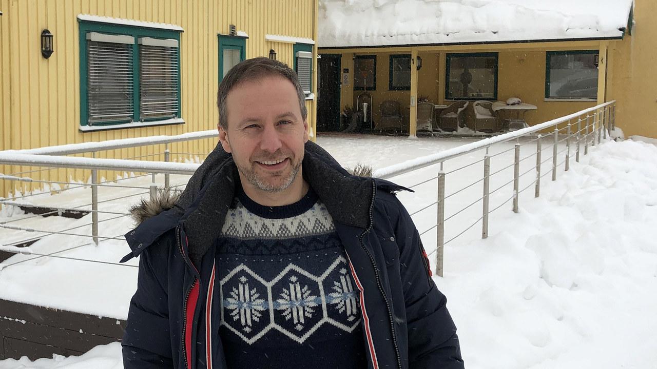 Richard Skaar Thorsrud foran sykehjemmet på Sylling