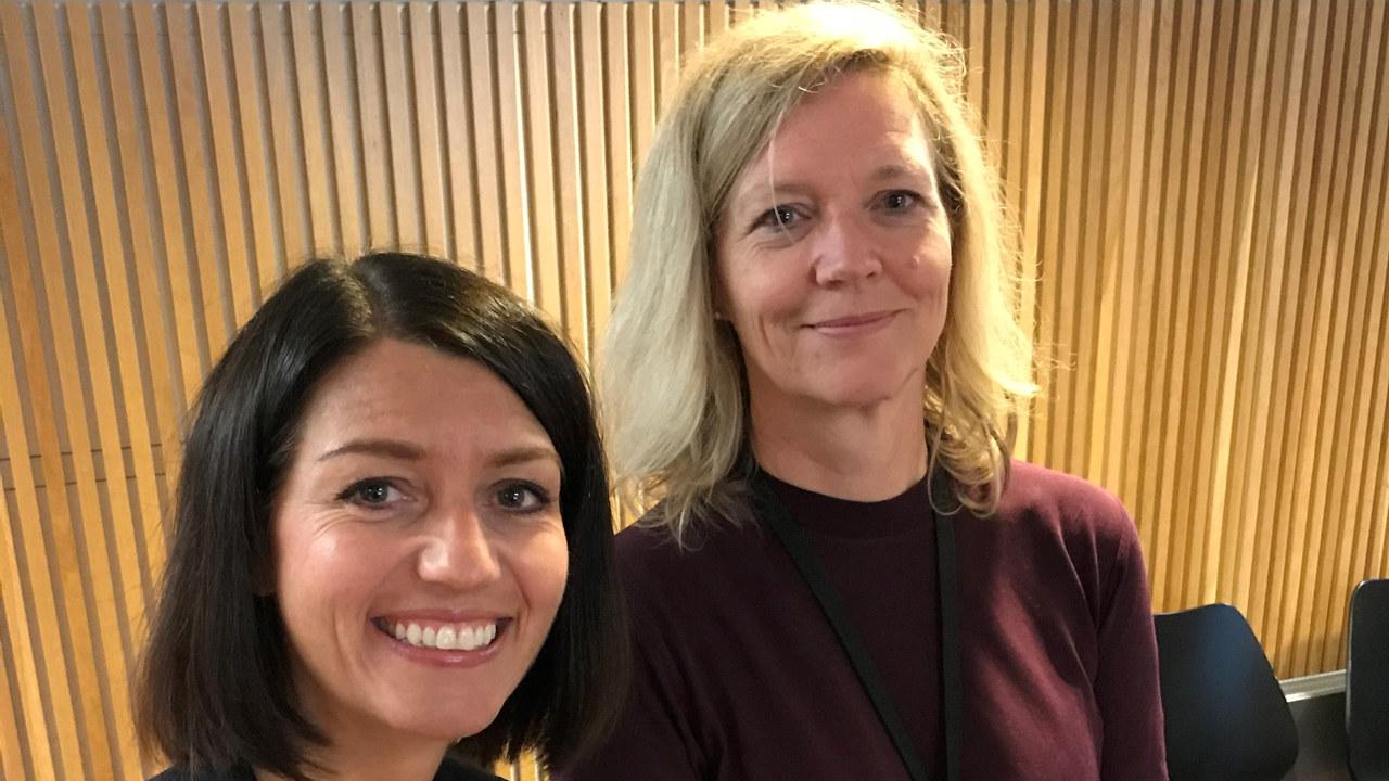 Statssekretær Guro Angell Gimse i Arbeids- og sosialdepartementet og arbeidslivsdirektør Nina Melsom i NHO under lanseringen av NHOs nye e-læringsverktøy mot arbeidslivskriminalitet.