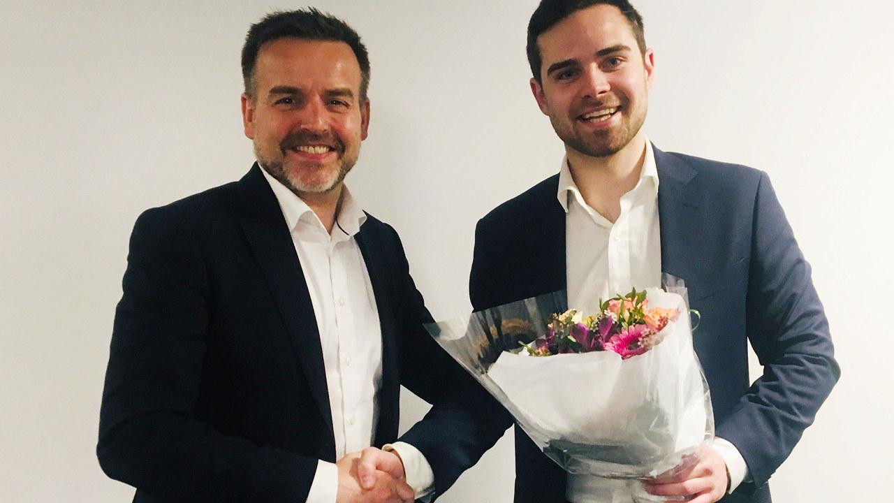 Torben Sneve gratulerer student August Németh Winther