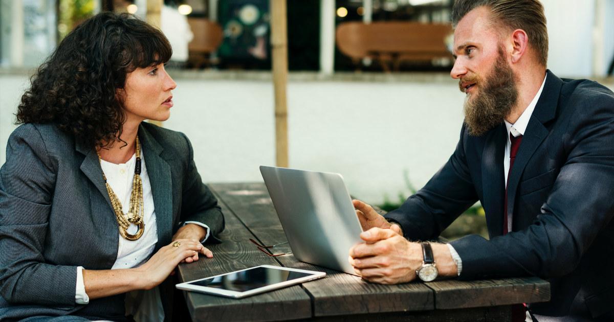 Kvinne og mann som har en samtale.