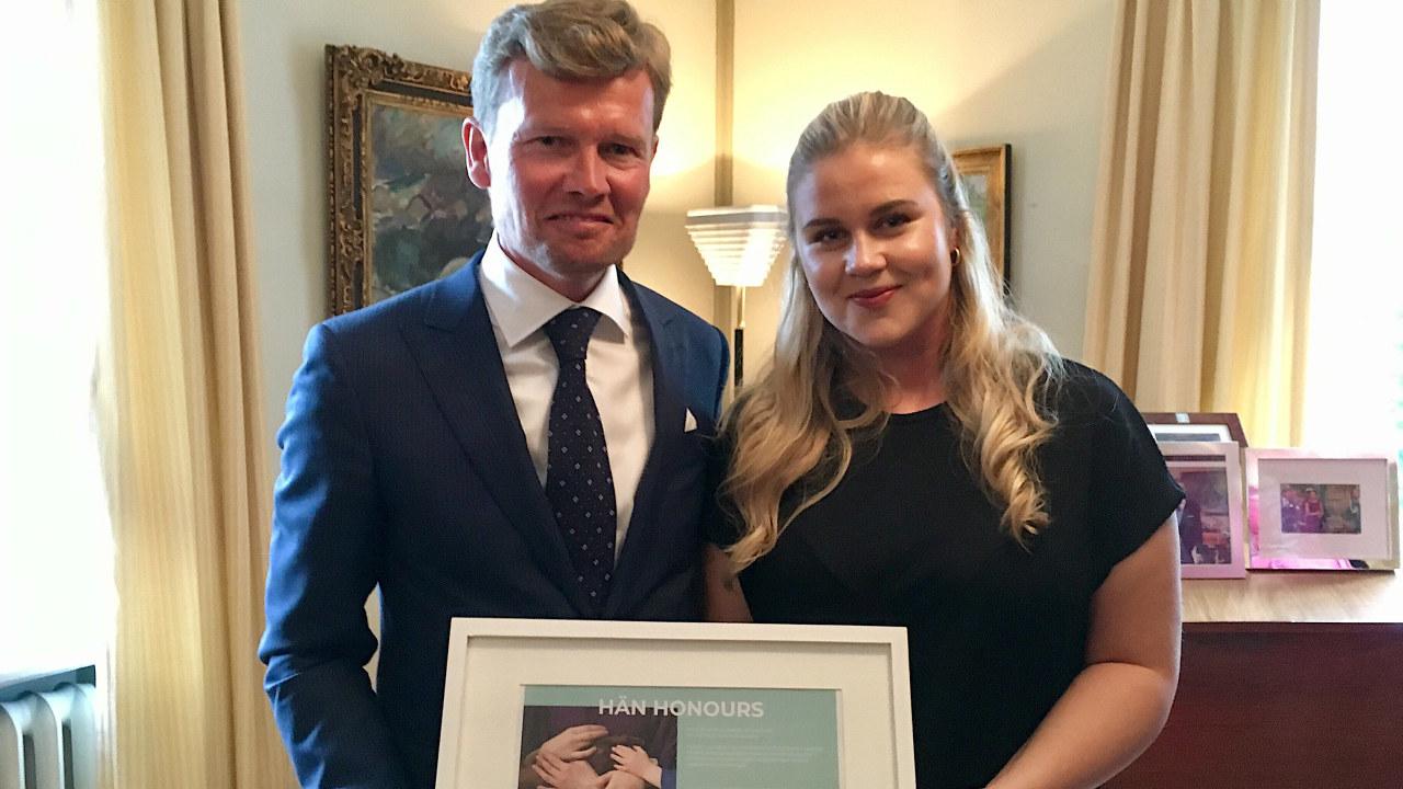Jenter og teknologi mottar pris for likestilling og inkludering. Her på Finlands ambassade i Oslo, fra venstre ambassadør Mikael Antell og prosjektleder for Jenter og teknologi Karoline Løvall.