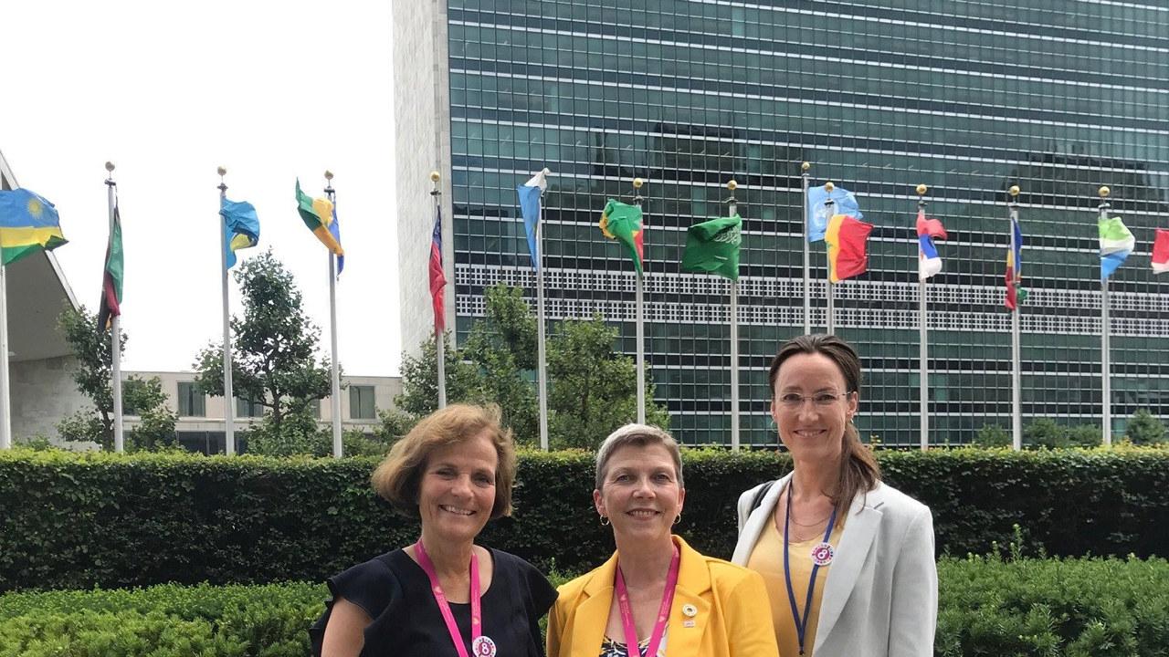 Bilde av representanter for LO og NHO foran FN-bygget i New York