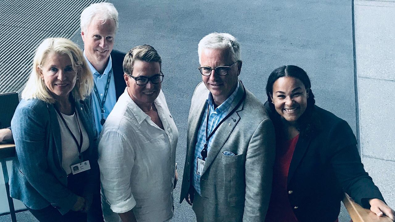 Fra venstre: Siri Mathiesen (NHO), Helge Hammersbøen (DnB), Tine Sundtoft (Agder fylkeskommune), Jan Inge Tungesvik (KS) og Cathy Quist (prosjektleder #futuretech)