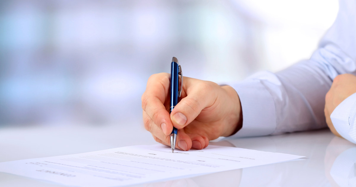 Signerer dokument.