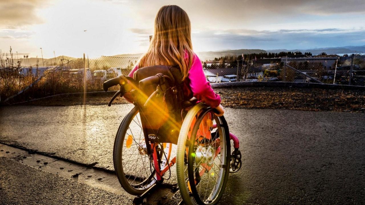 Jente i rullestol