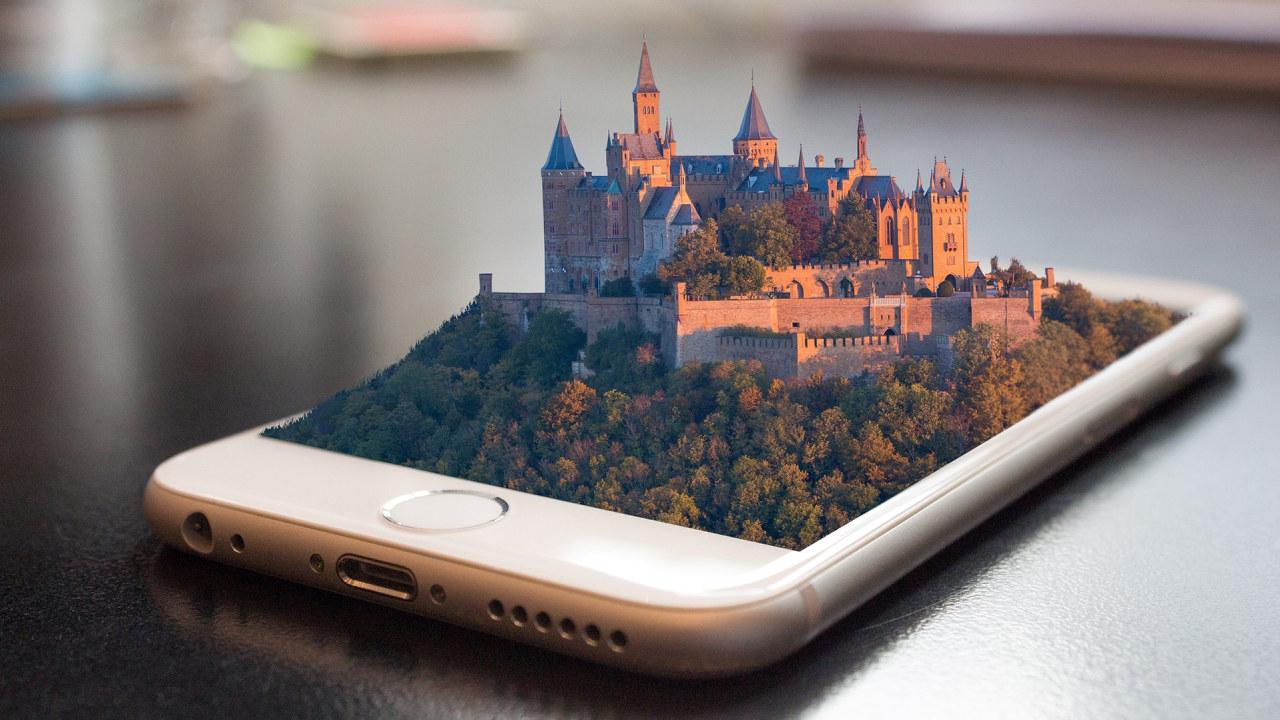 Telefon med augmented reality-program som viser et slott