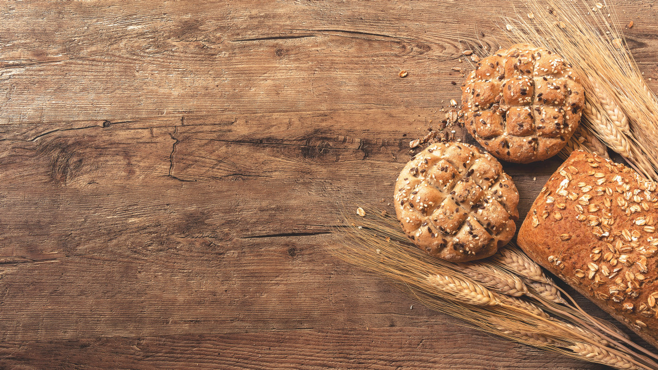 Nærbilde av grove rundstykker og brød