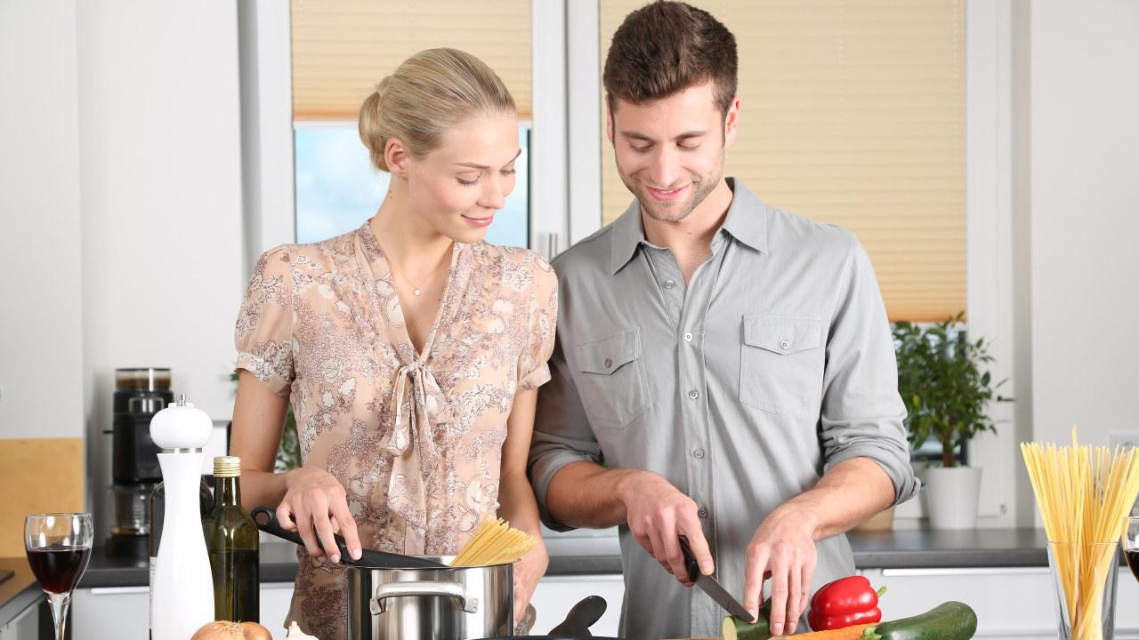 Mann og dame som lager middag