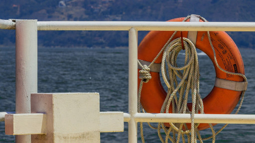 Livbøyer langs rekka på et skip. Foto: Pixabay