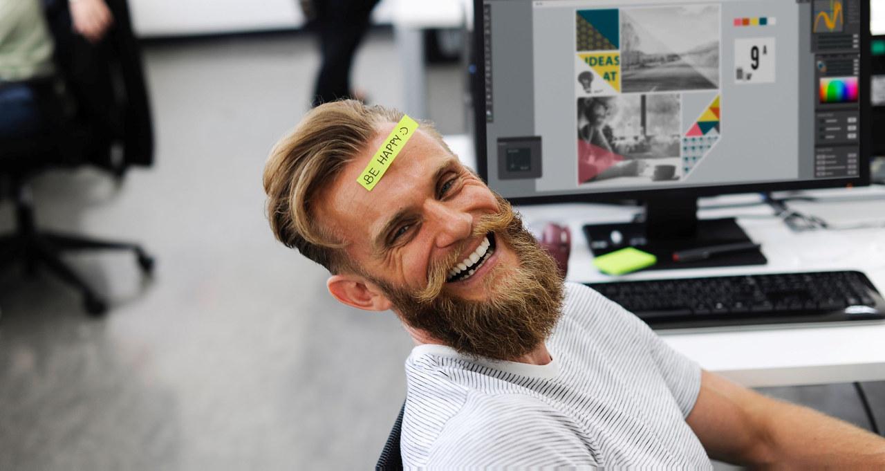 Mann med skjegg som ler