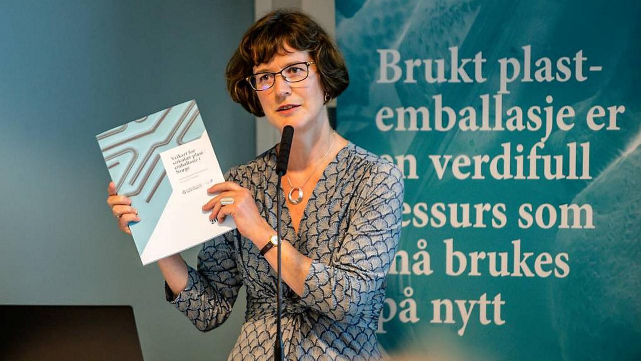 Ellen Behrens, direktør for bærekraft i Orkla og leder av Forum for sirkulær plastemballasje med veikartet.