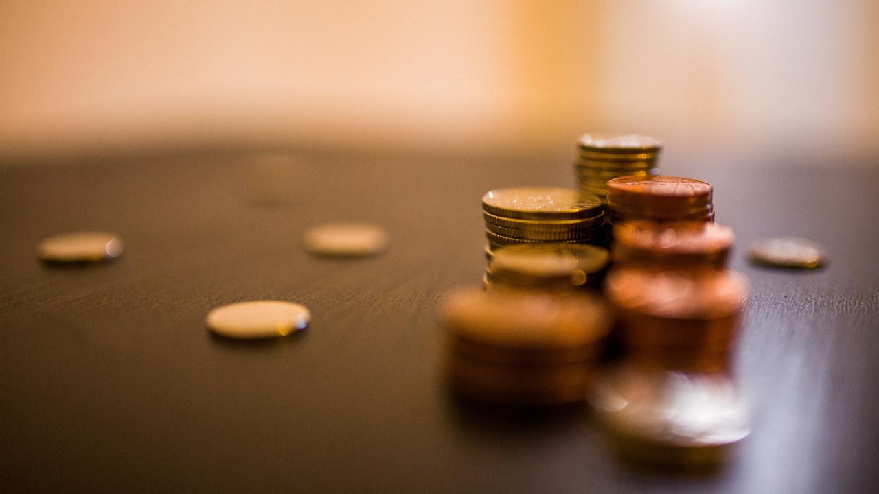 Nærbilde av mynter som er stablet på et bord