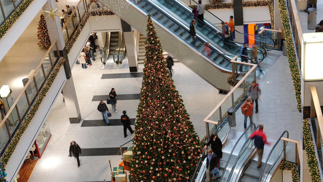 Rulletrapper og juletre i et shoppingcenter
