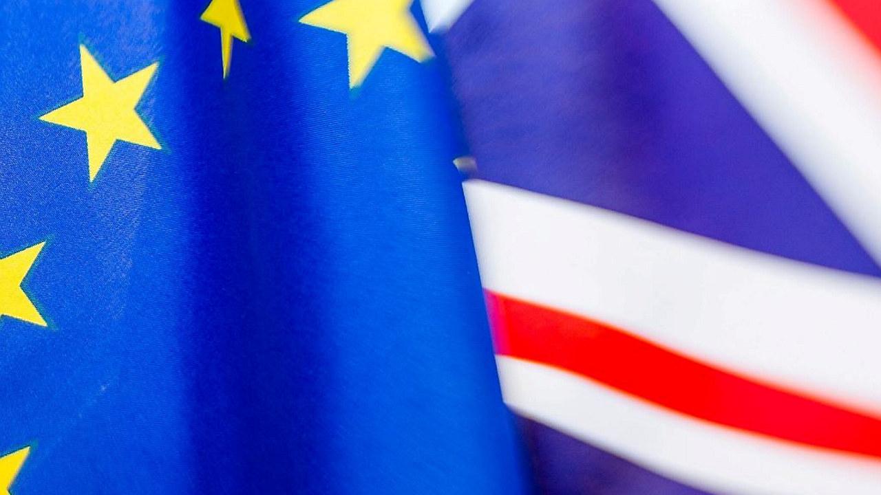 EUs flagg sammen med Storbritannias flagg