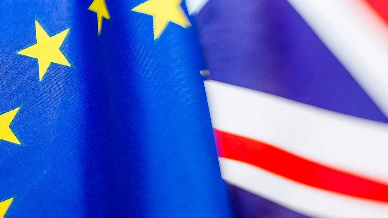 EU-flagget sammen med Storbritannias flagg