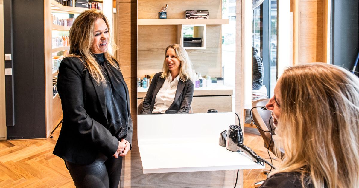 Kristin og Hildegunn snakker sammen i frisørsalongen.