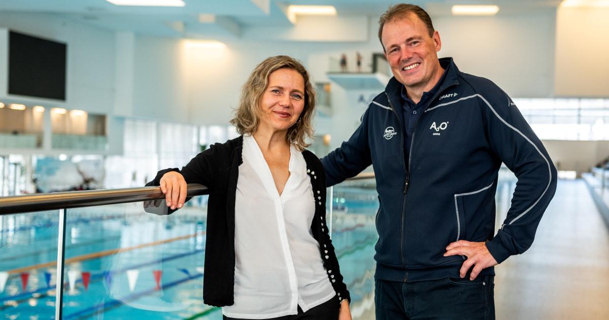 Nina og Håkon ved bassenget.