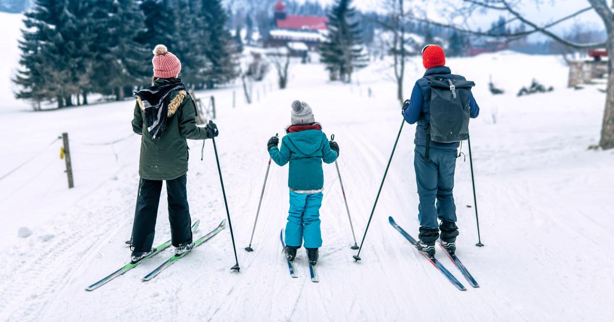 Familie på skitur.