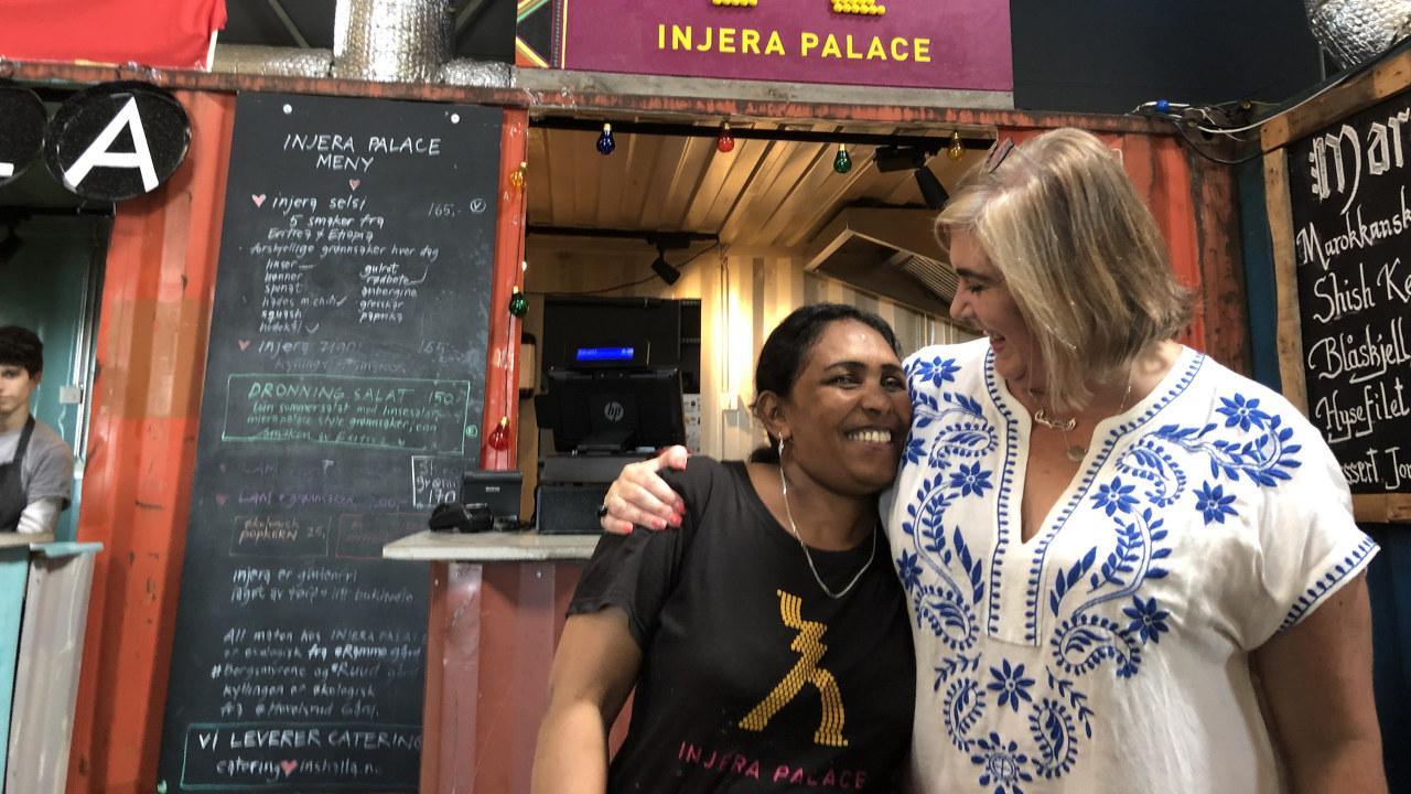To kvinner foran eritreisk matbod på Vippa i Oslo