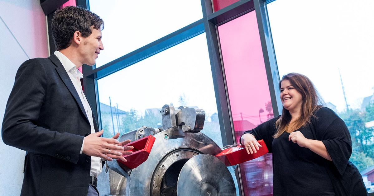 Arnfinn og Siri snakker sammen og ser på en et modellskip.