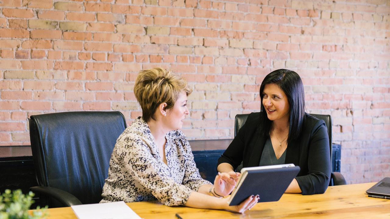 To damer i et møte