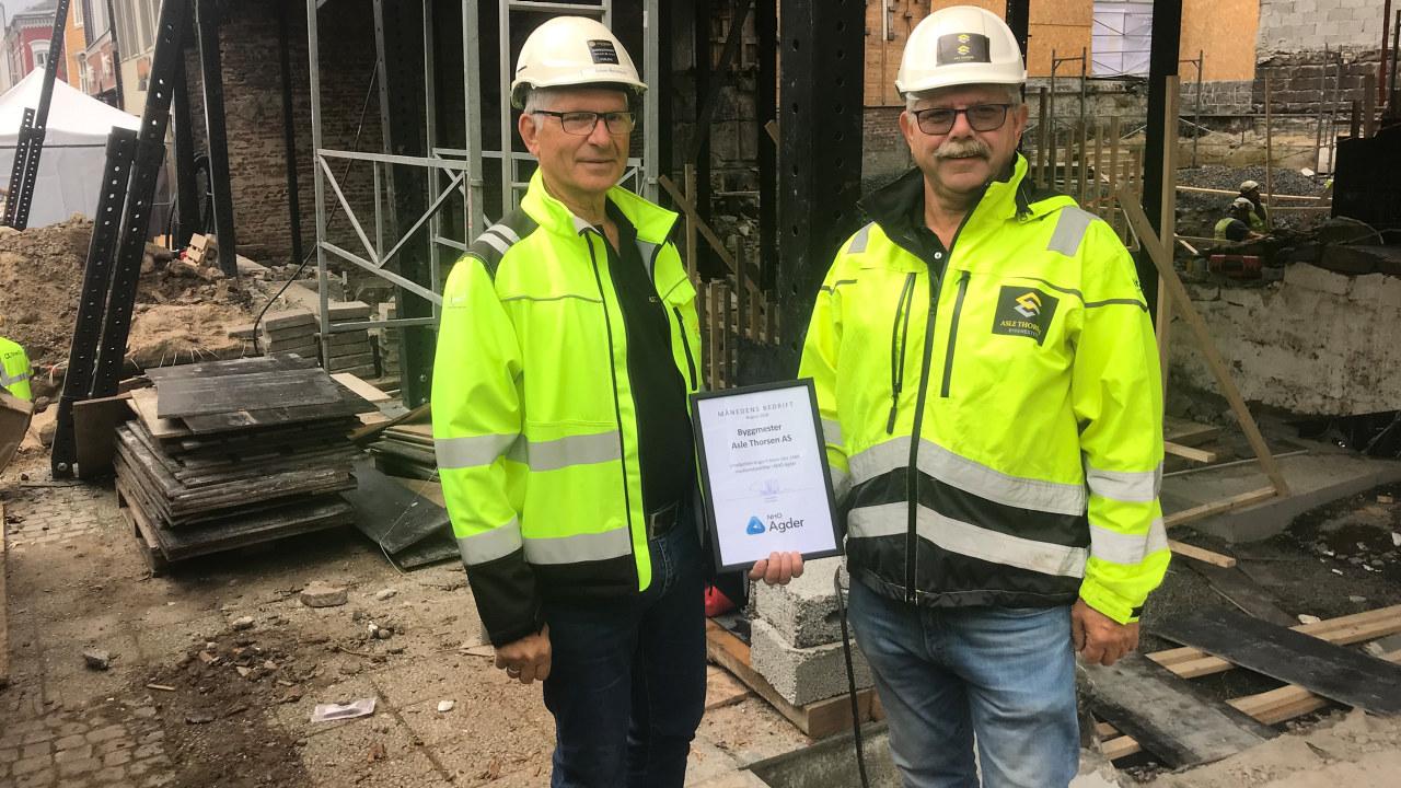 Asle Thorsen og prosjektleder Søren Aanonsen innrømmer at de kanskje ikke hadde gått i gang med prosjektet på Torvet i Arendal om de visste hva som ville møte dem. – Men vi angrer ikke. Dette skal bli veldig bra når vi er ferdige neste sommer, sier de.