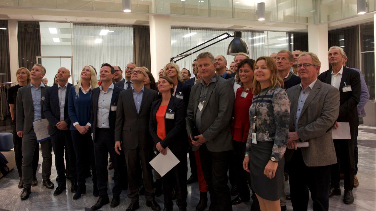 Klima- og miljøminister Vidar Helgesen sammen med alle bedriftene som har signert matsvinnavtale.