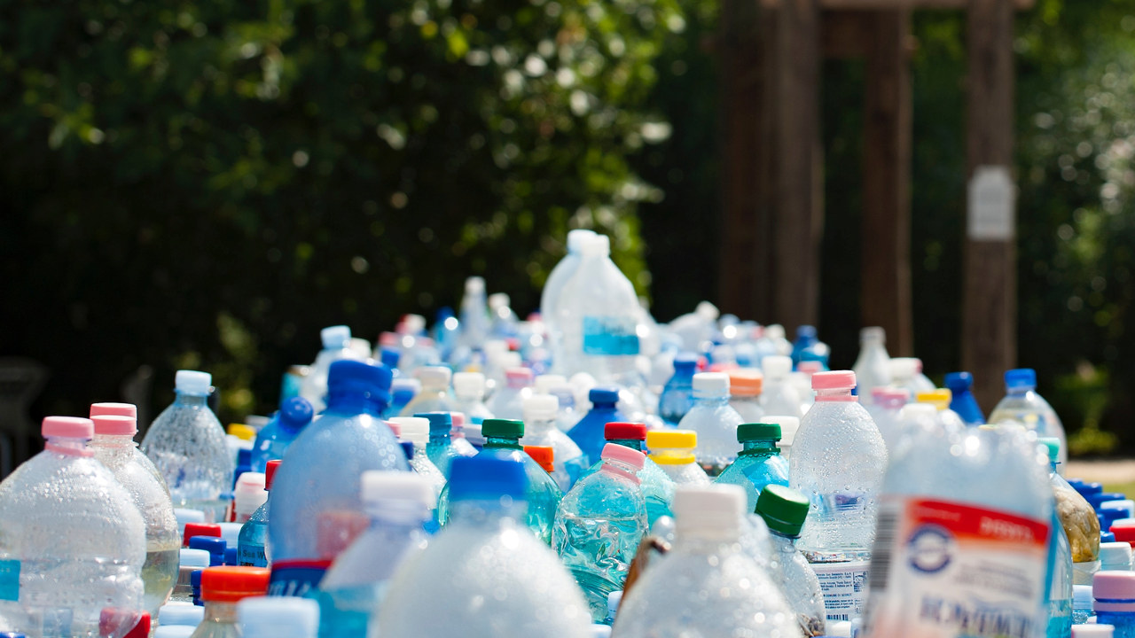 Et lass med plastflasker