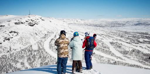 Tre kjøreklare alpingjester med snowboard ved Hovden skisenter. Snøkledde fjell og alpin-nedfarter i bakgrunnen.