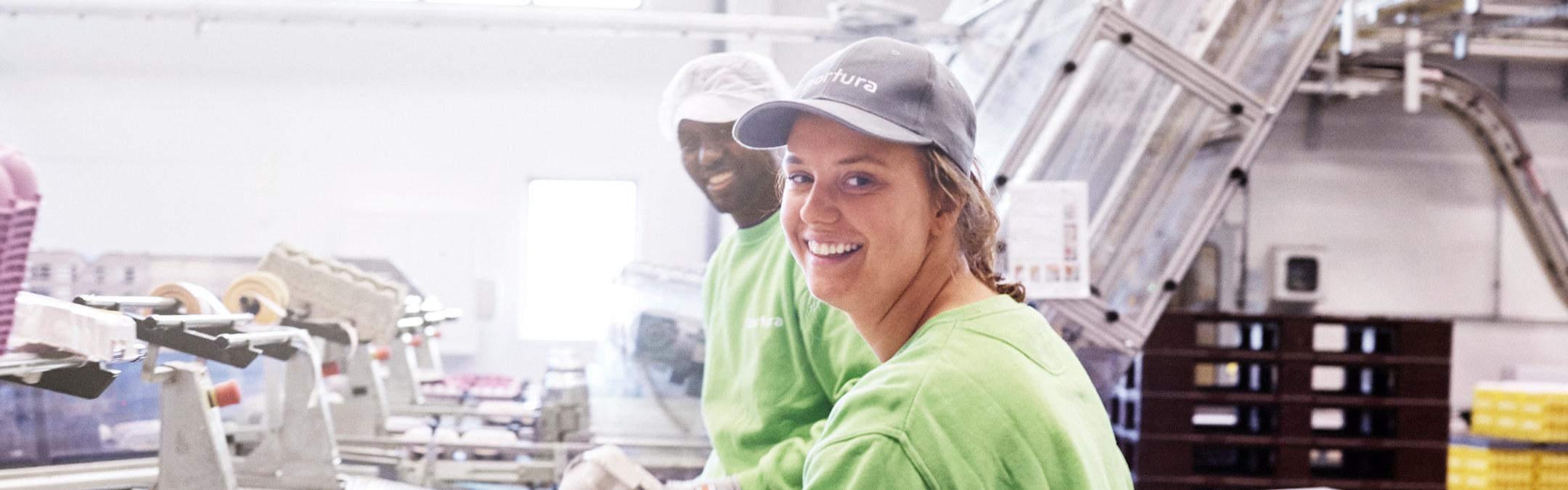 To personer som jobber på Nortura Rakkestad