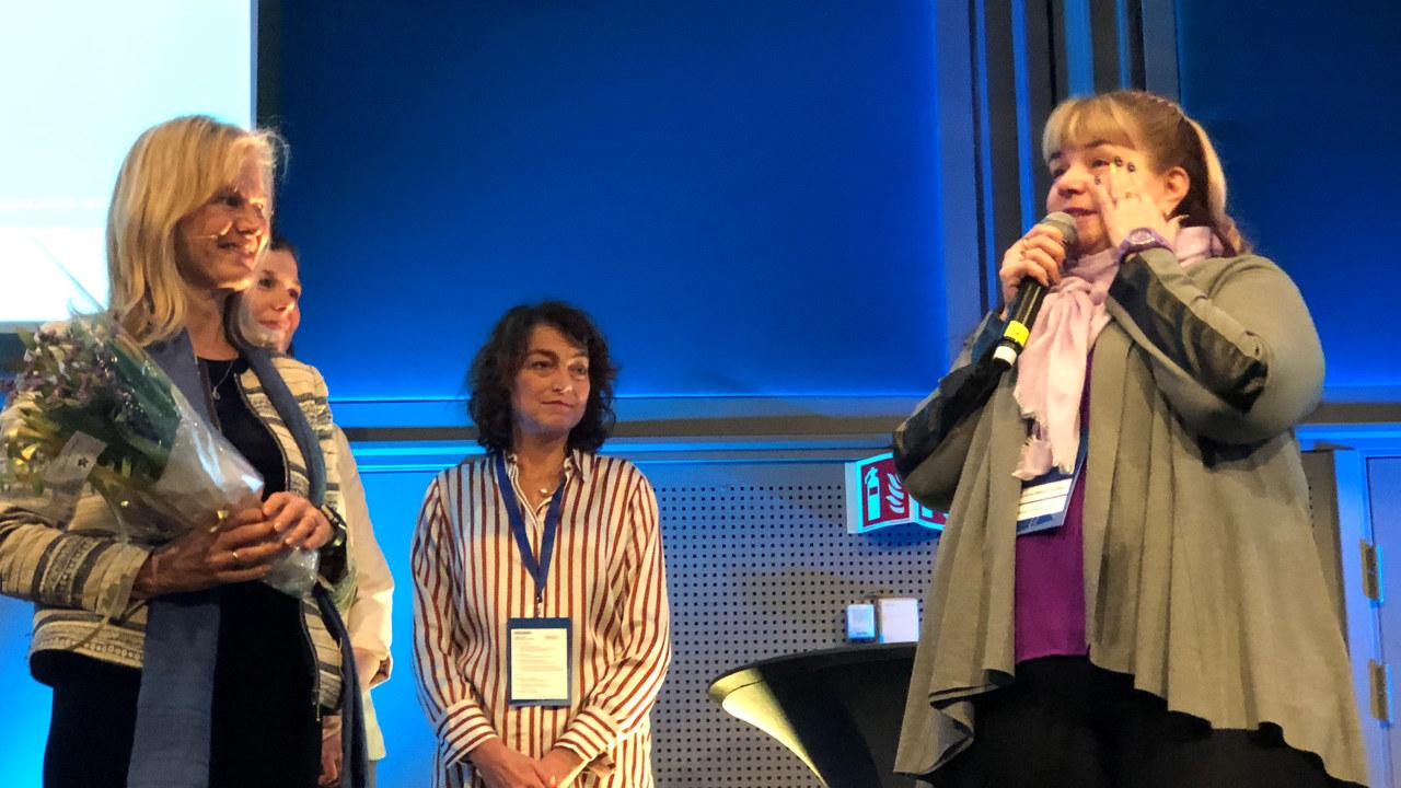 Bilde av Henritette Bismo Eilertsen da hun mottok Nordnorsk Markedsføringspris 2020 under Nord i Sør-konferansen 7. januar.