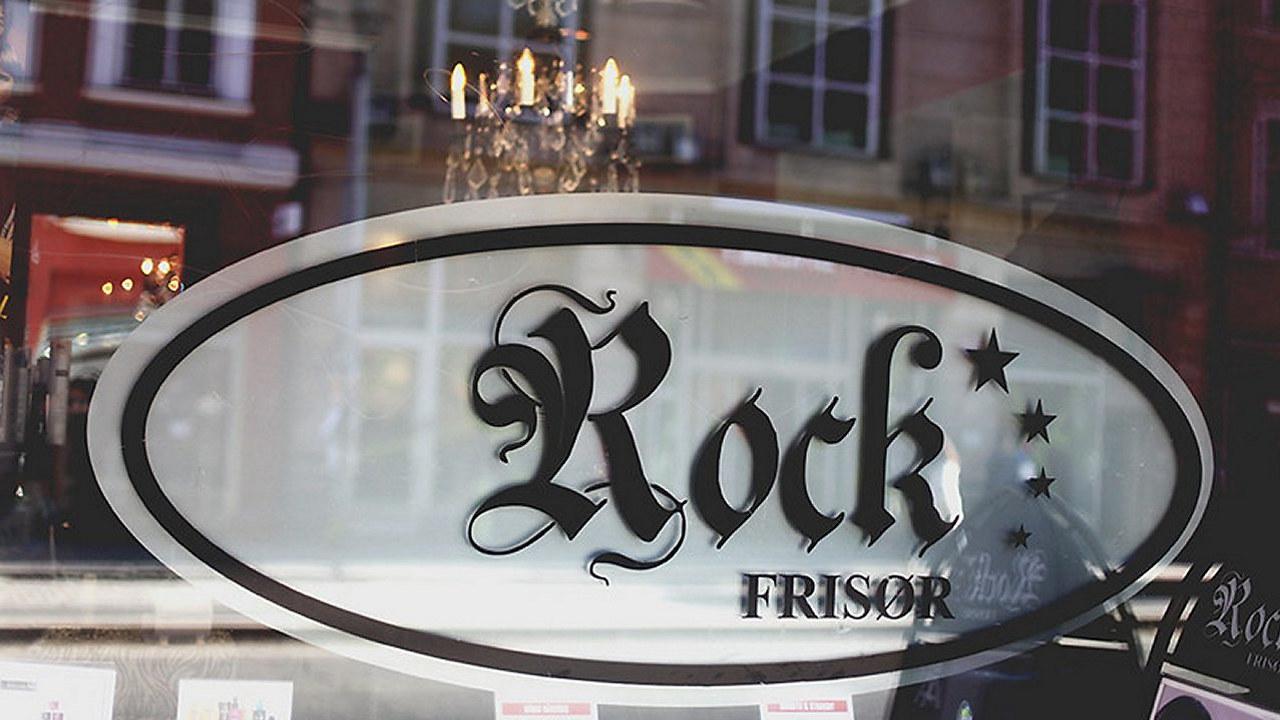 skilt i vinduet hos rock frisør