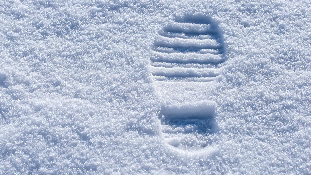 Nærbilde av fotspor i snøen