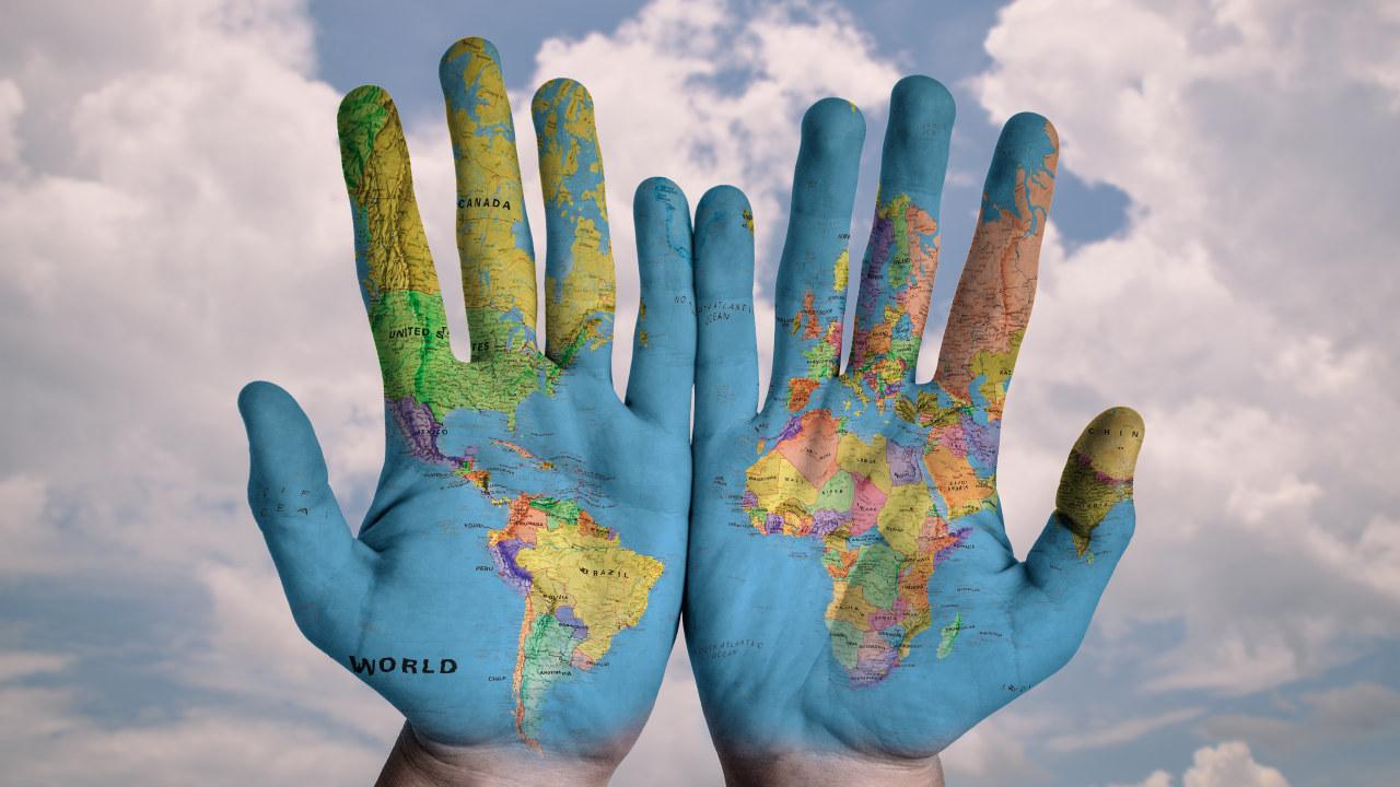Bilde av verdenskart i to hender