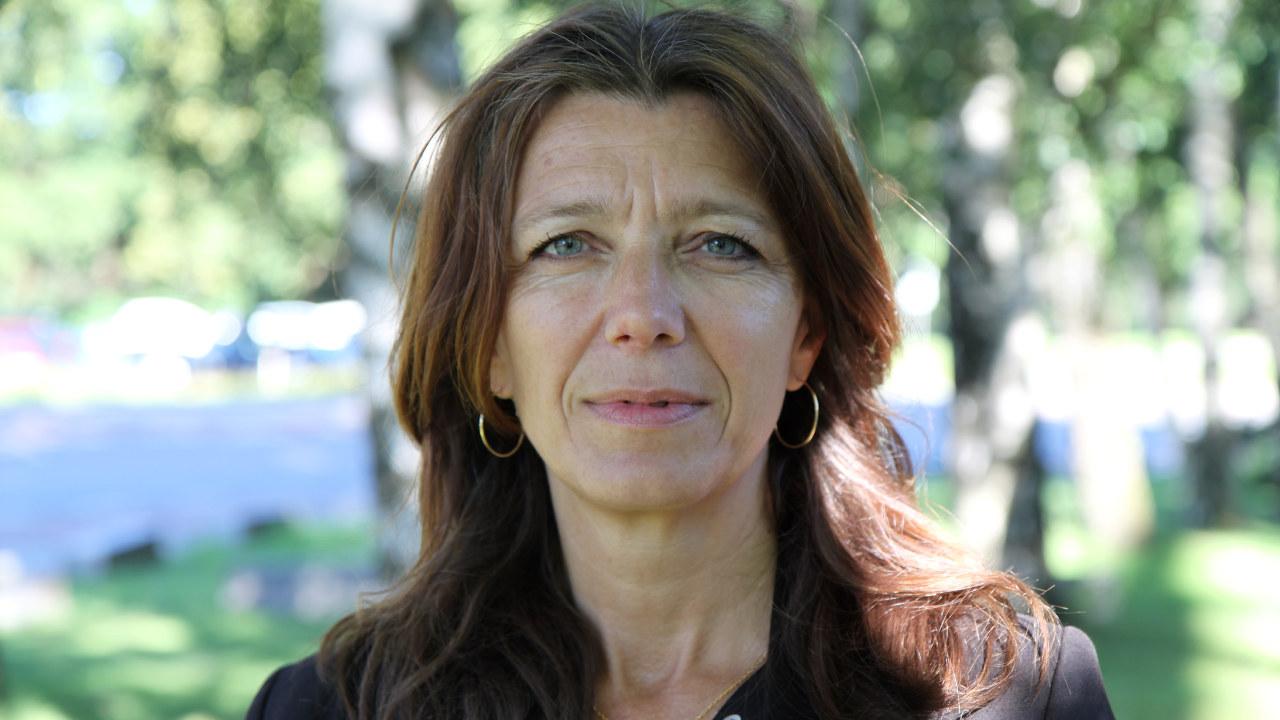 kvinne foran en park