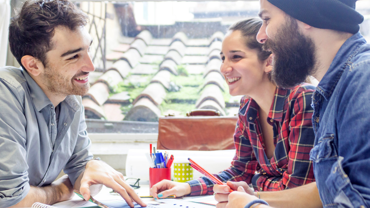 Studenter snakker sammen.