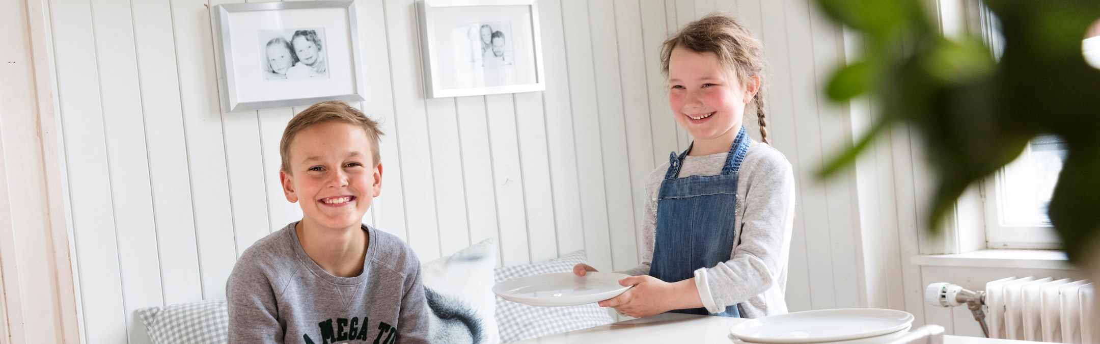 En gutt og en jente på et kjøkken