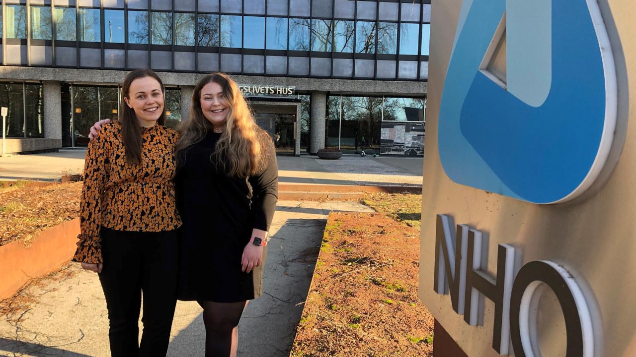 To jenter ved NHOs logo