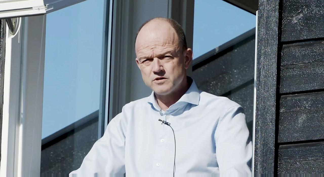 Et midlertidig kutt i arbeidsgiveravgiften er et viktig og godt tiltak, fordi det gjør det lettere å holde folk i arbeid, sier Ole Erik Almlid fra karantene på hjemmekontoret.