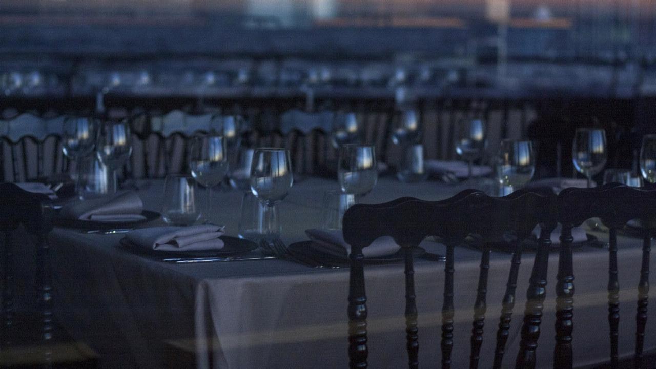 Bilde av en mørk og tom spisesal