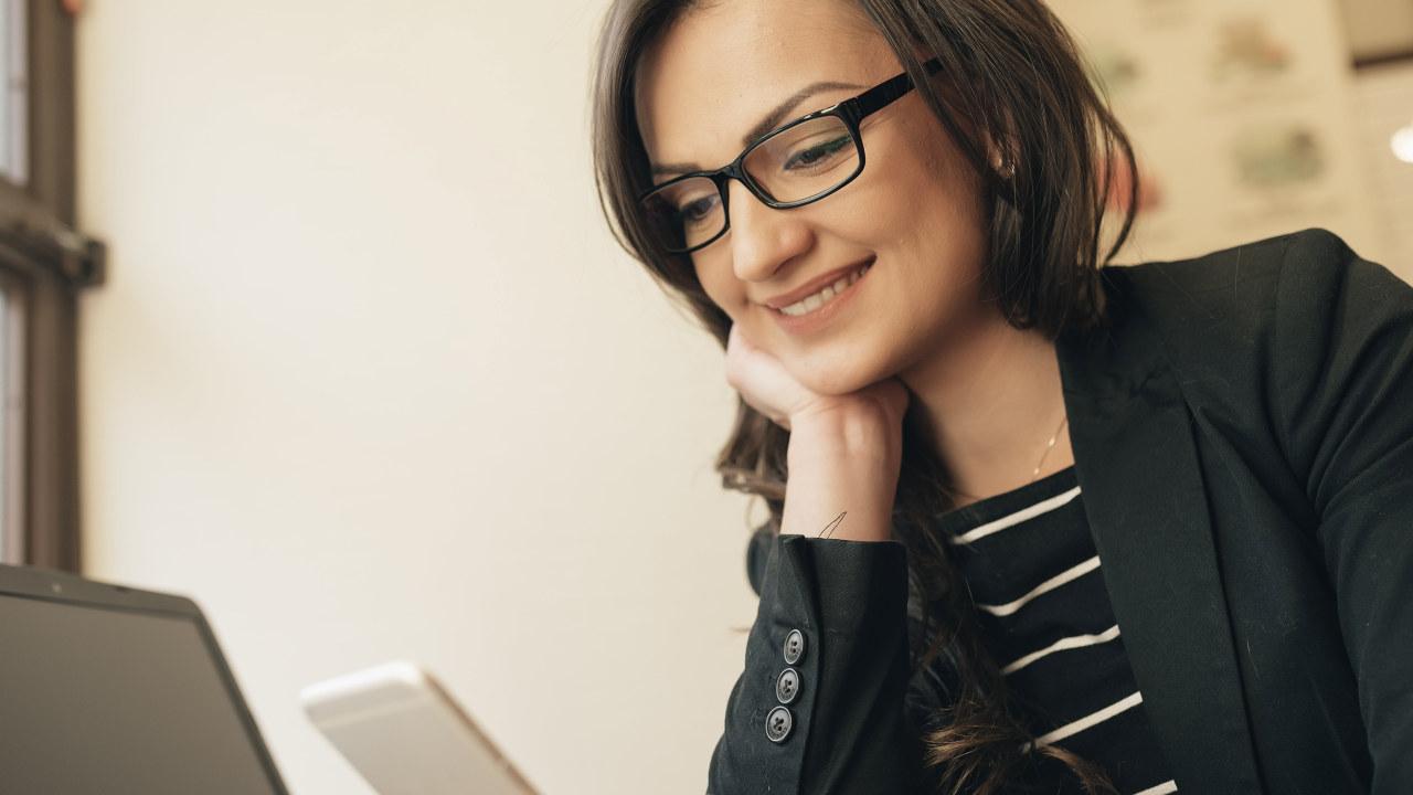 dame med briller
