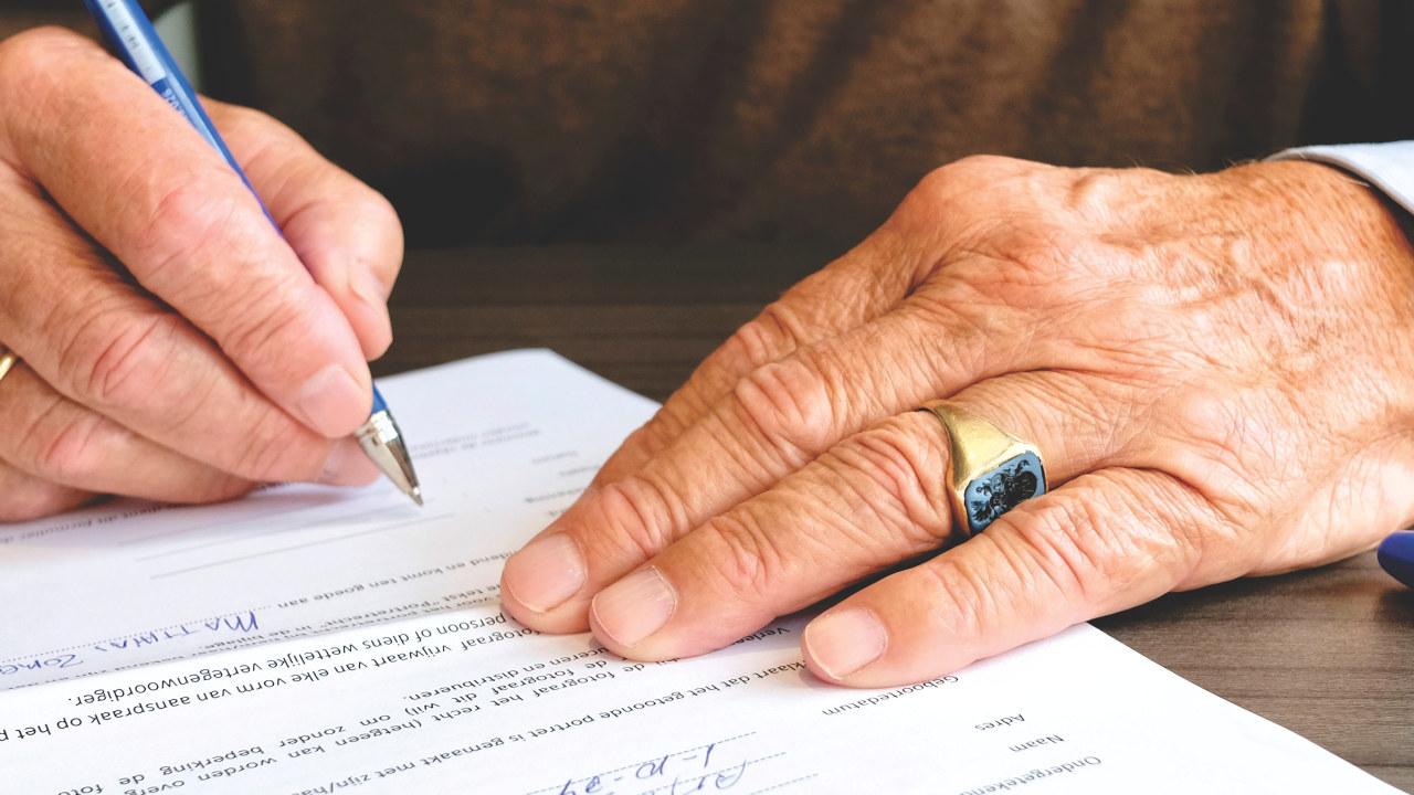 signerer kontrakt